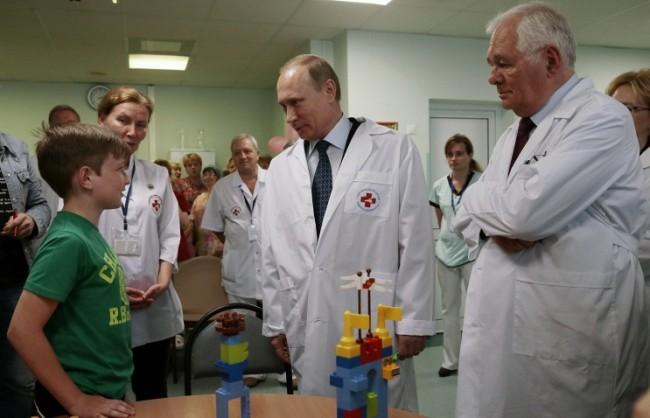 Путин посети детска клиника, където разговаря с деца, ранени в Донбас