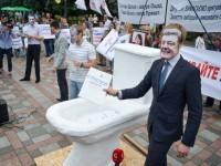 Протестиращи в Киев донесоха пред парламента триметрова тоалетна чиния