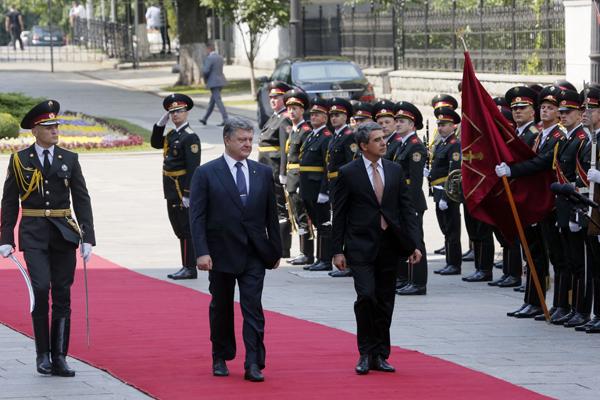 Посрещнаха българския президент в Киев с руски знамена