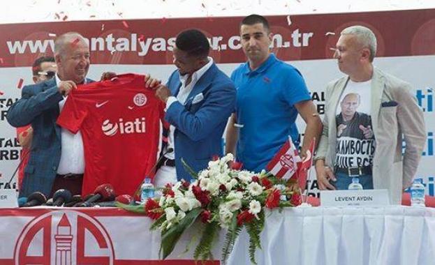 Почетният консул на Украйна в Турция облече тениска с лика на Путин