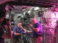 Sky: докато руснаците почистваха МКС, американците хапваха космическа салата