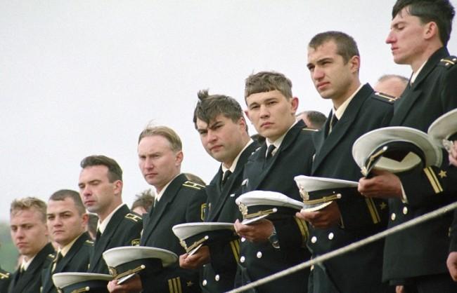 """В Русия почитат паметта на загиналите моряци на борда на """"Курск"""""""