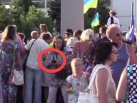 Патриотизъм за 200 гривни: Заснеха на видео раздаването на пари на митинг в Мариупол