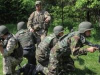 Американски инструктор обучава украински войници