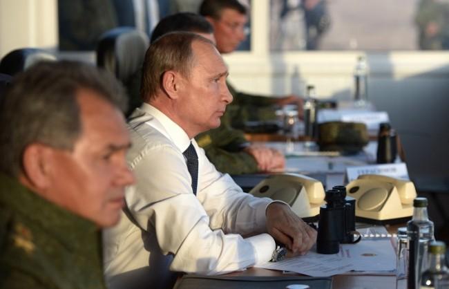 """Путин: Ученията """"Център-2015"""" потвърдиха значителния потенциал на отбранителните предприятия"""