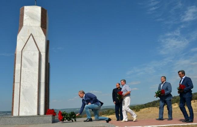 Путин и Берлускони положиха цветя на мемориала в Крим