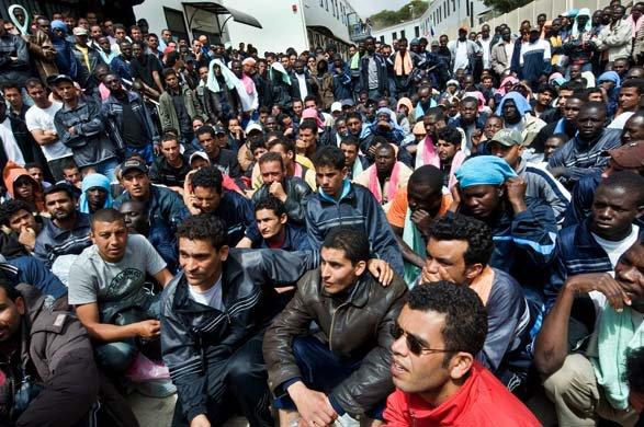 Кой стои зад лавината бежанци?