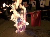 Демонстранти изгориха турски и американски знамена в Атина