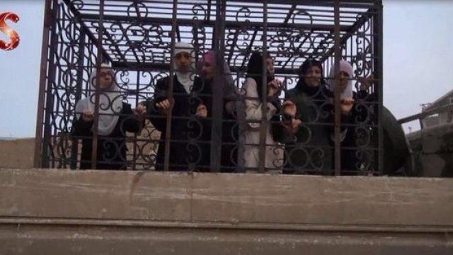 Терористите в Сирия използват клетки с хора като жив щит
