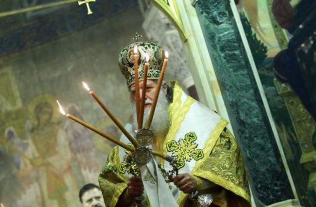 Носят мощи на руски светец с литийно шествие