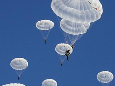 Ефектни кадри от парашутните скокове на морската пехота на Русия (ВИДЕО)