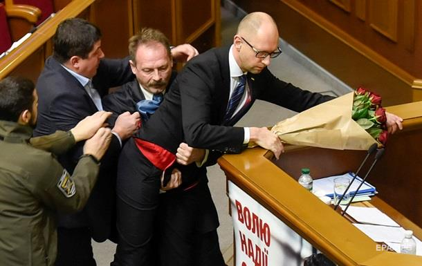 Украинските депутати се сбиха по време на днешната реч на Яценюк