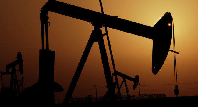 Защо главните износители продължават да добиват нефт въпреки спада на цените?