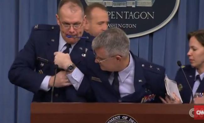 Генерал от ВВС на САЩ припадна по време на брифинг