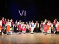 """Българи на сцената на театър """"Ал П. Чехов"""" в Ялта. Снимка: Оля Ал-Ахмед, Исак Гозес"""