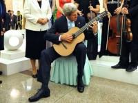 Мария Захарова разкри тайната за китарата, с която Кери пристигна в Москва