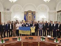 Порошенко награди украинския национален отбор по футбол с огнестрелно оръжие