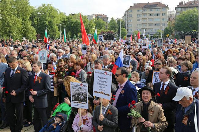 "ТАСС: Над хиляда души участваха в акцията ""Безсмъртния полк"" в София"
