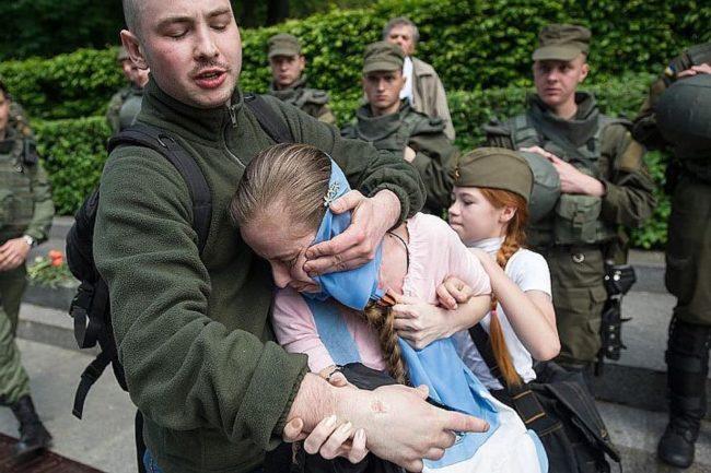 Внук на есесовец нападна майка с дете в Киев заради Георгиевските им ленти