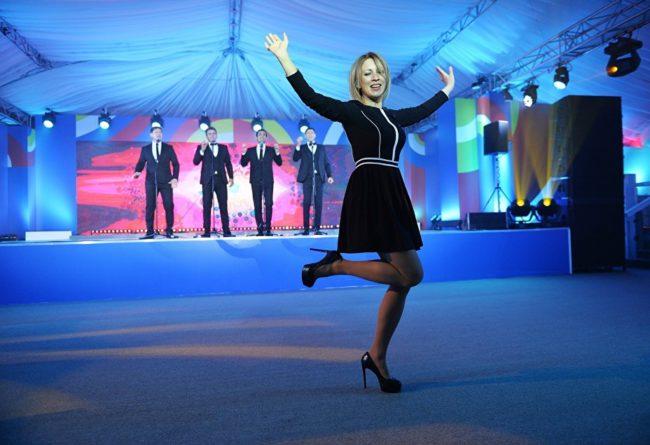 """Захарова удържа на думата си и изтанцува """"Калинка"""" на концерт след срещата Русия-АСЕАН"""