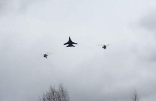 Невиждано шоу: Изтребители Су-27 и вертолети Ми-28 дефилират в уникален строй (видео)