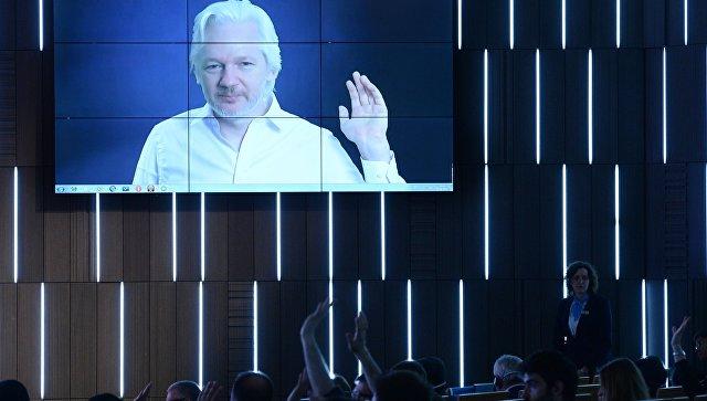 Асандж обвини Google, че помагат на Хилари Клинтън