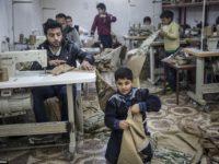 Daily Mail: Деца шият униформи за ИД във фабрика в Турция
