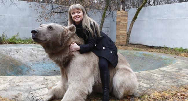 Руска двойка се грижи за 300-килограмов мечок