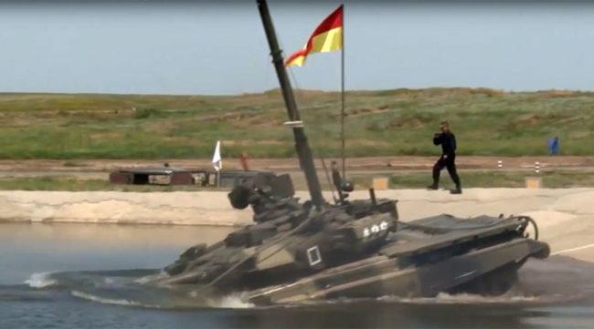 Руски танкове Т-90 изпълняват подводни маневри по време на учение