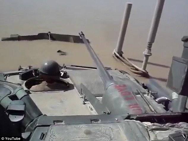 Американски военни станаха за смях – потопиха бронетранспортьор-амфибия (Видео)