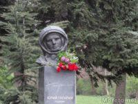 Космонавти положиха венци на паметника на Гагарин във Варна