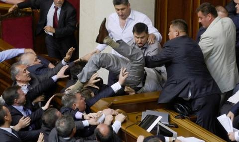 Украински депутати си спретнаха боксов мач