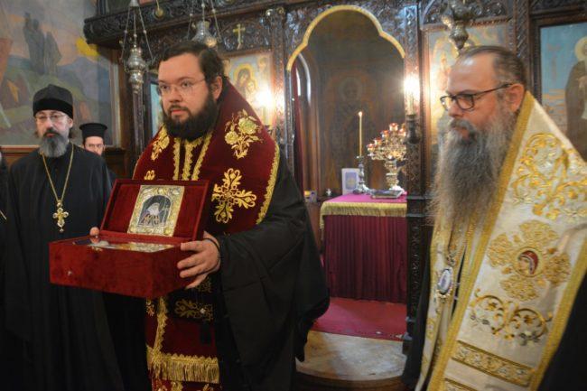 Богородският епископ Антоний, викарий на Руския патриарх, и Пловдивският митрополит Николай със Светите мощи Снимка: Оля Ал-Ахмед