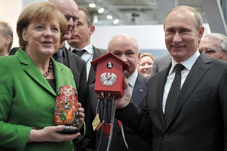 Германският канцлер Ангела Меркел и руският президент Владимир Путин на посещение на индустриалното изложение в Хановер, Германия, 8 април 2013 година
