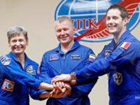 Космонавтите Пеги Уитсън, Олег Новицкий и Тома Песке
