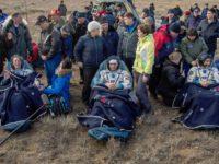 Тримата астронавти веднага след кацането си в Казахстан. / БГНЕС