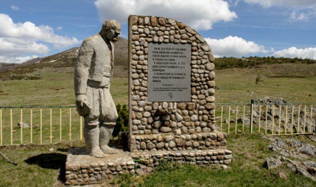 Паметникът на връх Баба в памет на загиналите 841 руски войници и офицери при преминаването през Стара планина