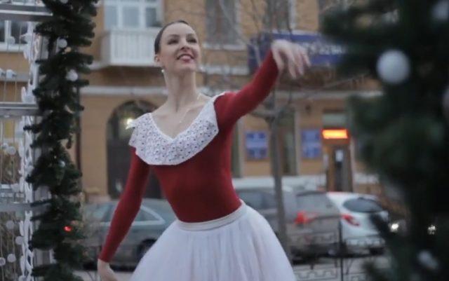 ВИДЕО: Балерина зарадва жителите на Ростов на Дон с танц на студа