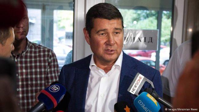 Бившият депутат и олигарх Александър Онишченко избяга в Германия с цял куп компромати срещу властта в Киев.