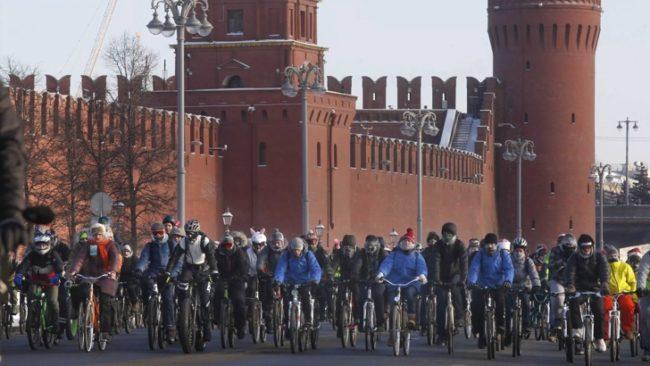 Стотици смелчаци караха колело на минус 30 градуса в Москва