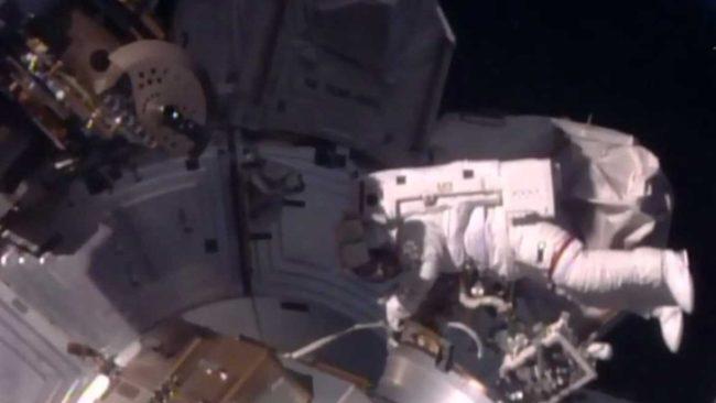 Американският астронавт Шейн Кимбро работи в открития Космос по Международната космическа станция (МКС).