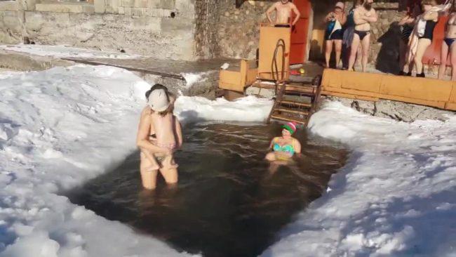 Майки и деца се потопиха в ледените води на езерото Байкал (ВИДЕО)