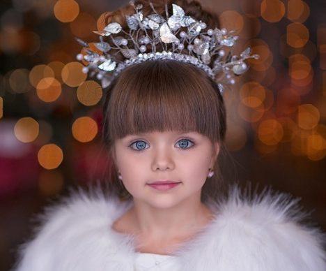 Най-красивото момиче на света: Това дете разтопи социалните мрежи със снимките си за Нова Година! (Снимки)