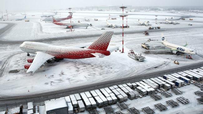 Снежна буря парализира полетите от Москва