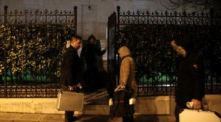 Разследващи пред дома на Андрей Маланин в Атина  Фото: Reuters