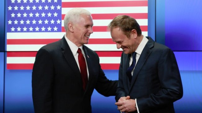 Майкъл Пенс (вляво) на пресконференция с Доналд Туск (вдясно). / БГНЕС