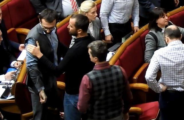 Депутати се сбиха в украинския парламент (ВИДЕО)