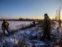 Петро Порошенко, придружен от военнослужещи, в зоната на бойните действия близо до гр. Горловка, северно от Донецк, декември 2016 г. Снимка: Reuters