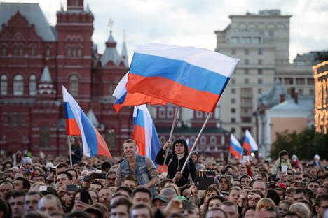 Московчани на концерт на Червения площад. Снимка: Максим Блинов / РИА Новости