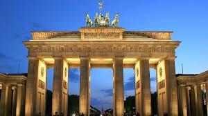 Бранденбургската врата беше осветена в цветовете на Русия, въпреки властите